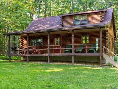 Cozy Log Home in the Woods!Very Private!  Close to skiing. Pet Friendly! Sleeps 10