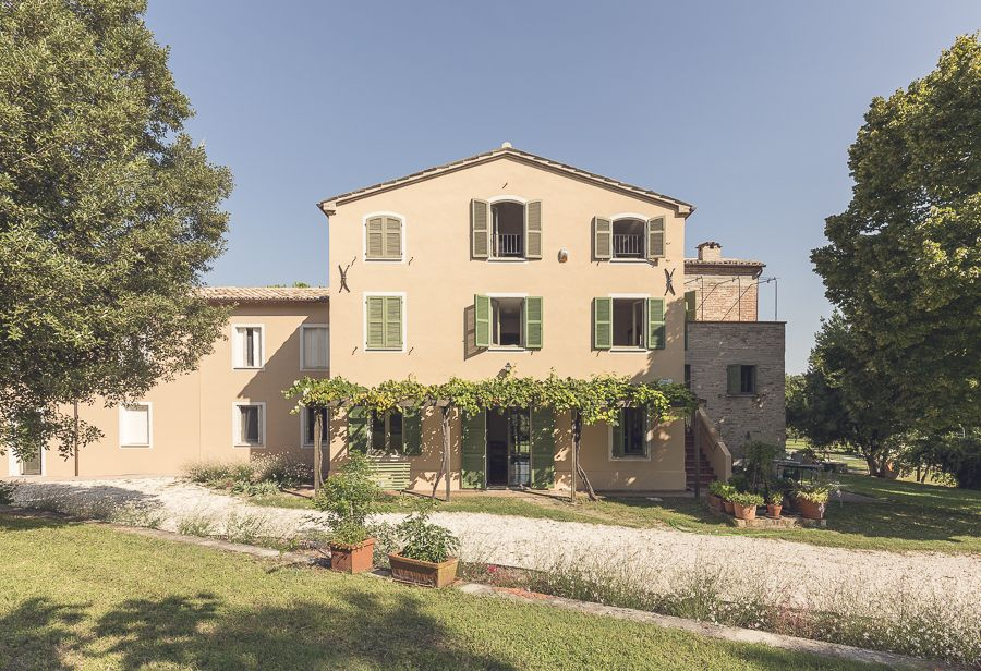 Elegant country home loro piceno for Elegant country homes