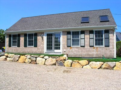 Wonderful cottage located in the heart of downtown Chatham......steps to everything.