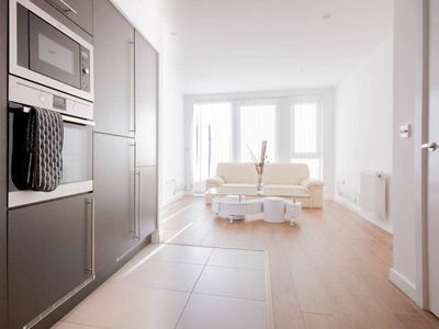 Photo for 1BR flat with balcony easy access to Canary Wharf