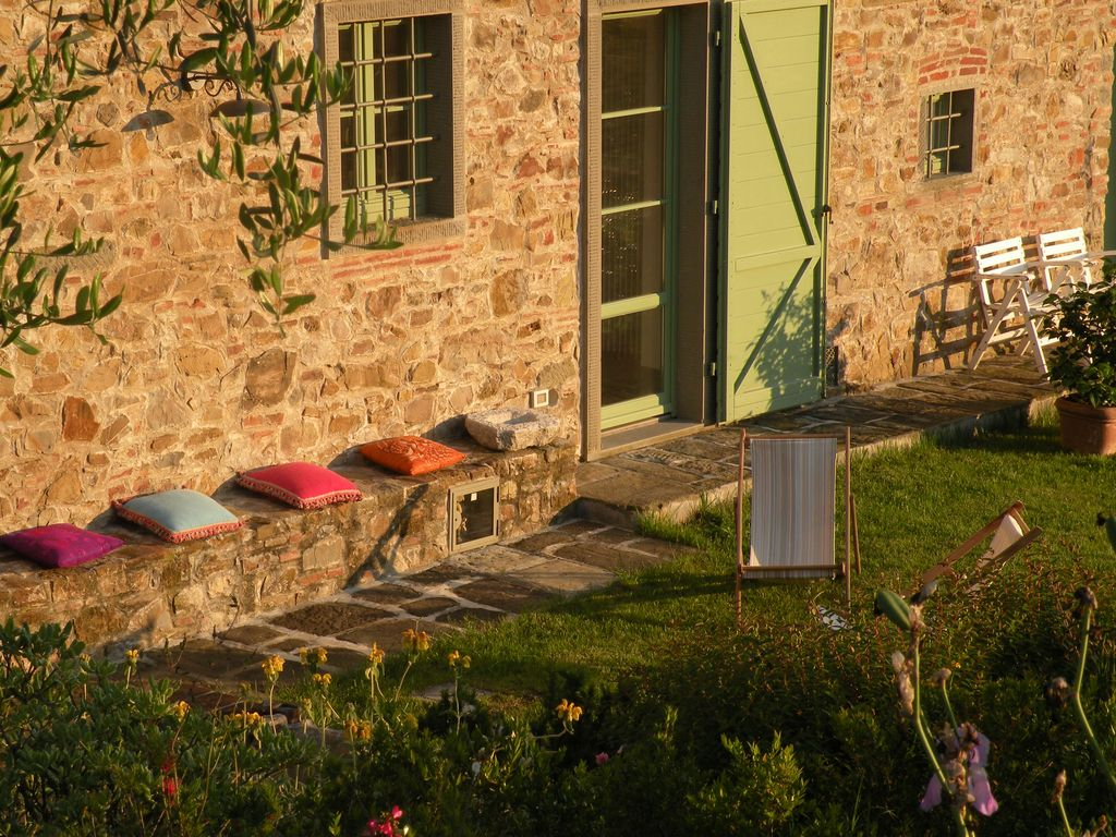 Elegant tuscan country house with garden and view near for Courtyard landscape oostburg wi