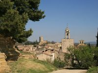 Great location in this wonderful village, convenient to restaurants and the weekly market