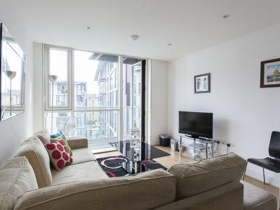 Photo for Times Square 2B apartment in Tower Hamlets with WiFi, balcony & lift.