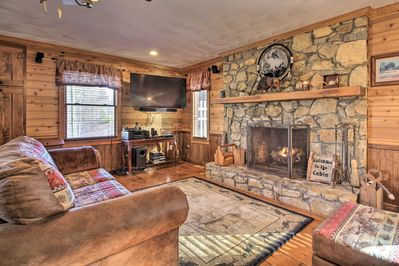 Stay with your family and friends at this 10-person vacation rental cabin!