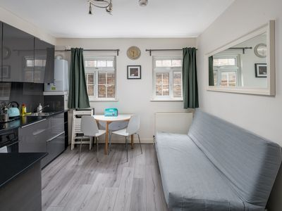 Photo for Contemporary 2-Bed apt sleeps 6 in Angel