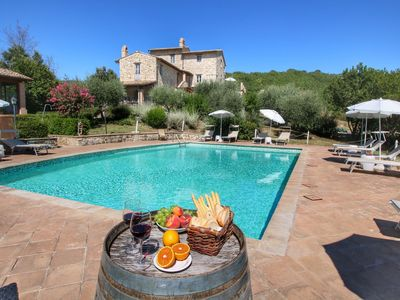 Photo for Luxurious Cottage with Pool in Assisi