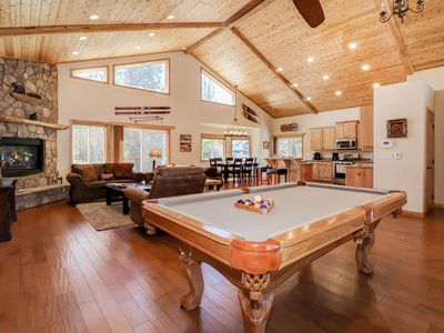 Johnson Family Den: Luxury! Walk to the Resort Shuttle Lot! Outdoor Hot Tub! Internet! Pool Table!