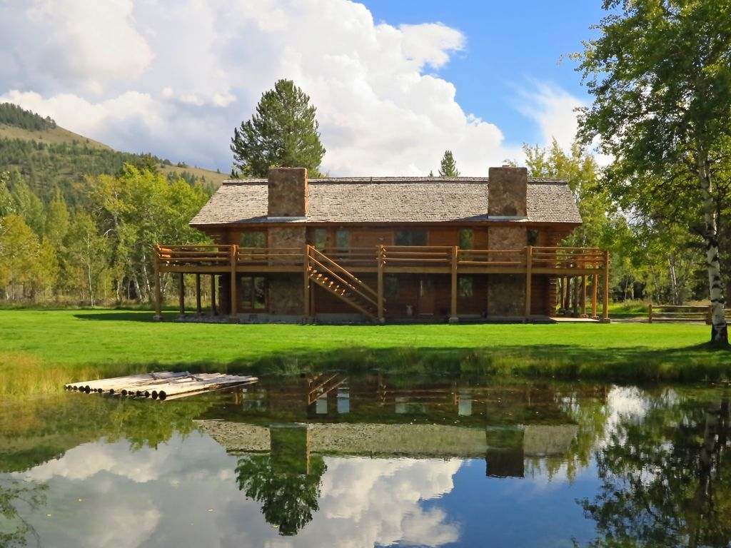 Unique custom built log home on 4 acres vrbo for Unique log homes