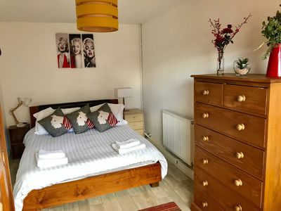 Good quality bed, brand new mattress, quality bedding & fluffy towels provided