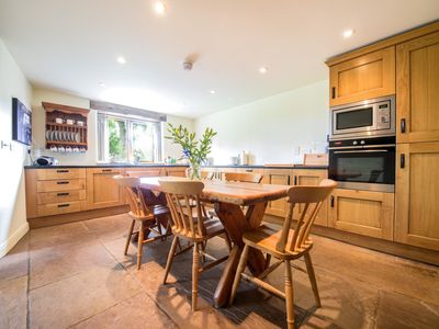Fully equipped kitchen with farmhouse table