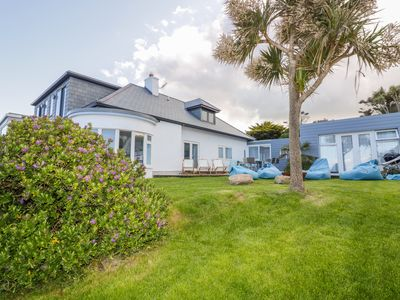Photo for BLUE BAY BEACH HOUSE, pet friendly in Mawgan Porth, Ref 1007604