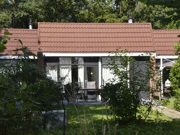 Spacious modern bungalow, lots of greenery, on border lake and 1.5 km from Walibi World.