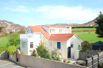Plas Arfon Cottage, with private parking & easy access.