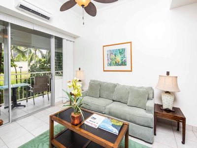 Sweet Life on the Beach! Park View, Modern Kitchen, Free WiFi–Waikiki Shore #205