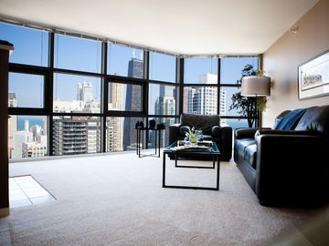 52nd Floor MagMile Penthouse - VIEWS, Fireplace, Fitness Center, Pool, WiFi