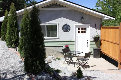 Beautiful private quiet little cottage with fenced outdoor sitting area  parkin