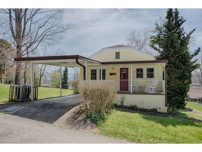 Photo for Getaway - 4 BD/3.5 BA cozy, country split level home.