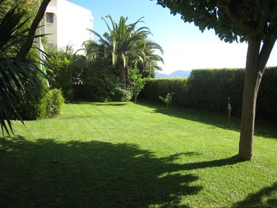The lovely garden apt has fully access to this beautiful garden with sea view!