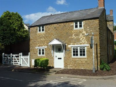 Photo for HOLLYTREE COTTAGE, pet friendly in Hook Norton, Ref 988835