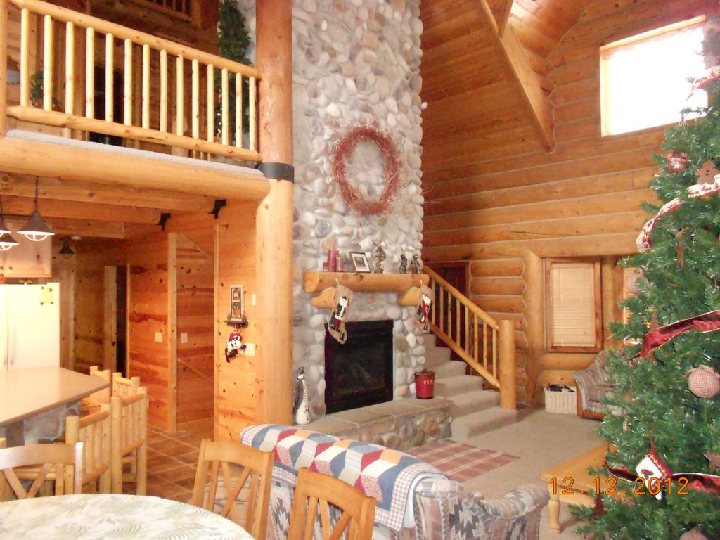 Beautiful log cabin retreat nestled 45 minutes from park for Log cabin retreat