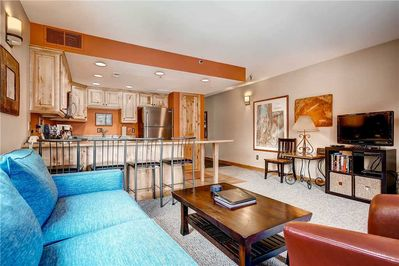 Relaxing living room large screen TV breakfast bar for 4 - Park City Lodging-Powder Pointe 201B