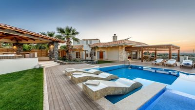 New 4 bedroom villa, sleeps 8, sea view, pool & lazy river