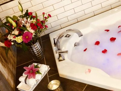 The Tiger Lily Inn- Tiger's Den * Romantic retreat with fireplace and jetted tub
