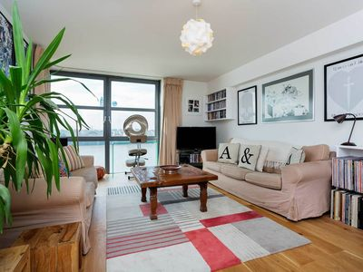 Photo for A gem of a property 4 sleeps, exceptional views of the Thames and city (Veeve)