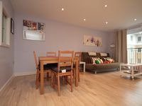 Light and airy flat with excellent transport links