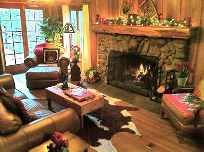 Relax in authentic cabin style! Stone fireplace! Comfy sofas, great decor!