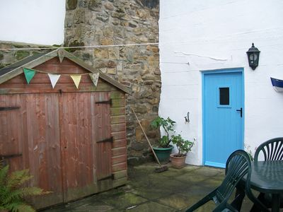 Fully enclosed dog friendly rear patio & BBQ area. A rarity in Staithes!
