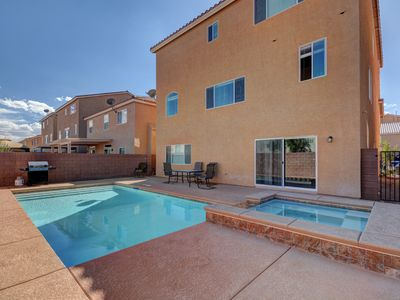 Photo for Minutes to LV Strip, 5-Bedroom/2-Masters, 4100+sf, POOL&SPA!