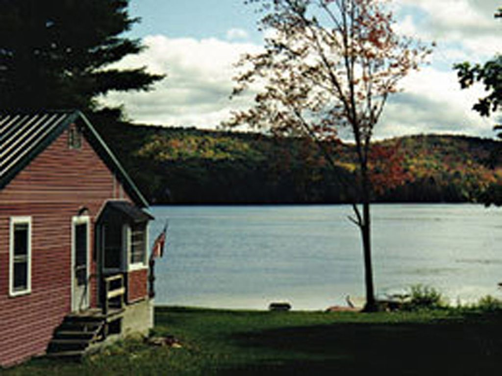 Waterfront family cottage on lake hortonia hubbardton for Family cottages