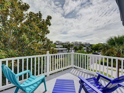 Photo for Sandy Shoes Cottage is half a block to the beach. Enjoy ocean breezes on the outdoor deck.