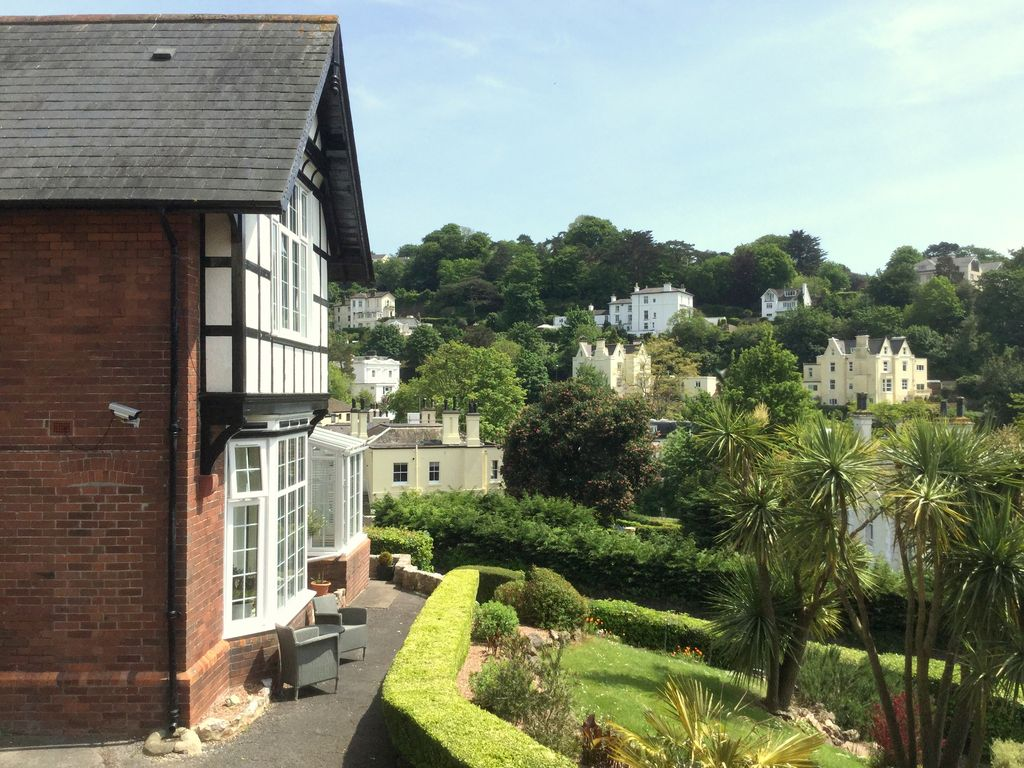 Two bedroom pet friendly apartment in the centre of torquay torquay england for 2 bedroom pet friendly apartments
