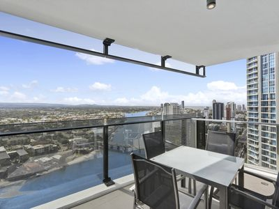 Photo for Stunning 1 Bed +study Family Apartment - Surfers Paradise