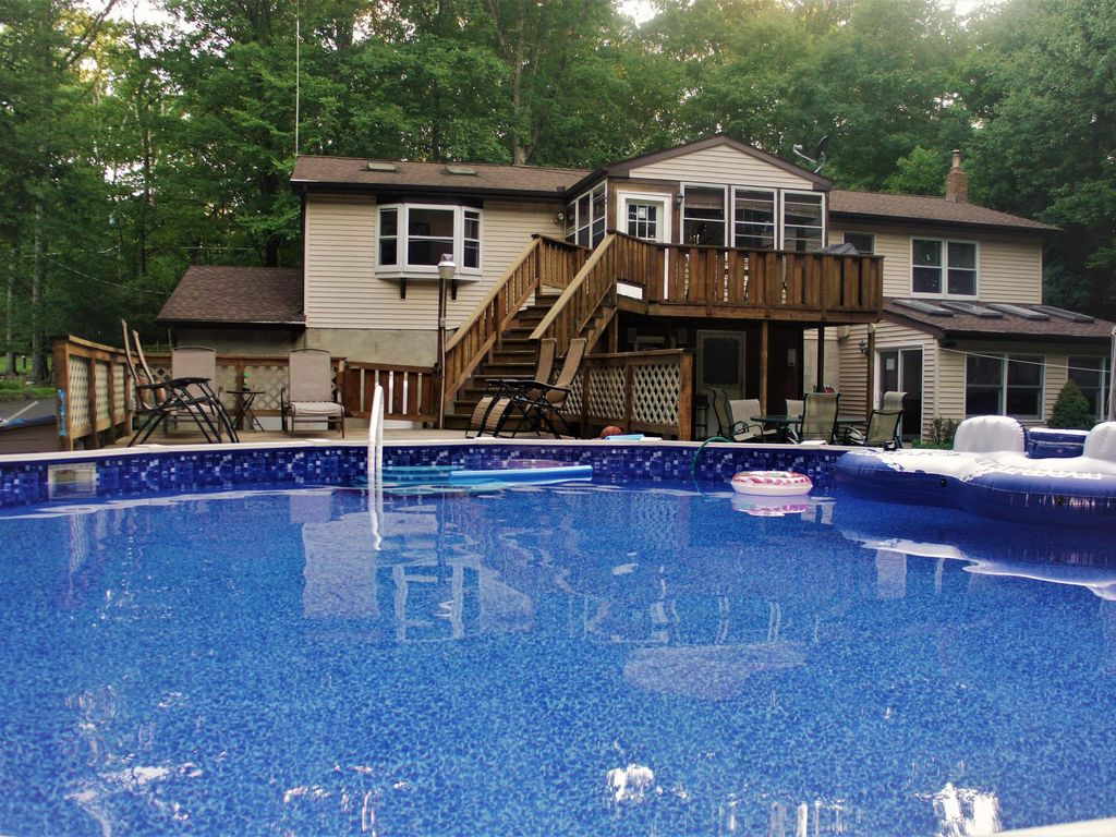 Cozy 5 bedroom split level home with a large swimming pool for 5 bedroom house with pool