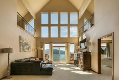 Chalet on Kootenai Bay - huge family friendly waterfront home with private dock & boat lift.