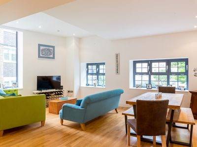 Photo for Cheerful 2 Bedroom Bermondsey Holiday Accommodation, Pro-Managed