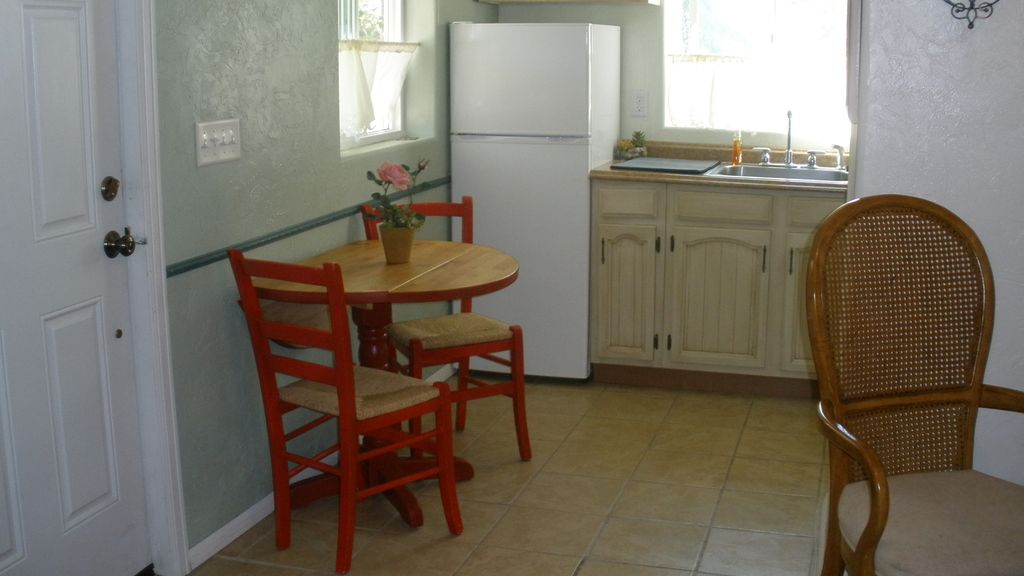 Rose Haven Cottage is a small comfortable home. In the Heart of Montrose.