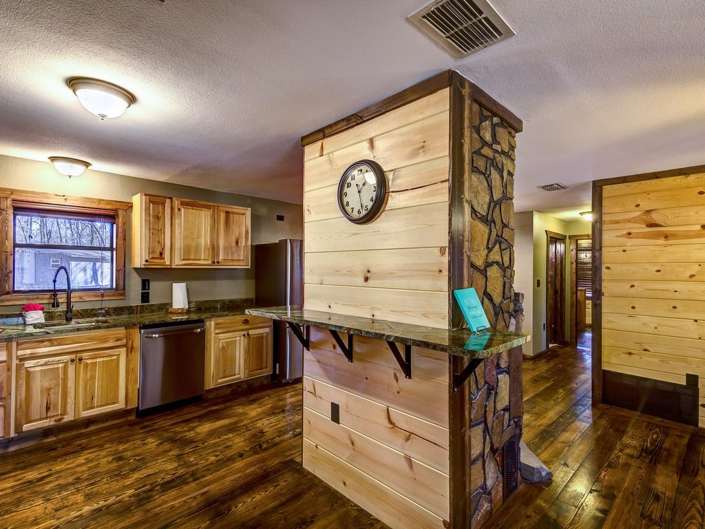 4 Bedroom LUXURY Cabin Minutes To Beavers Bend State Park and Marina!