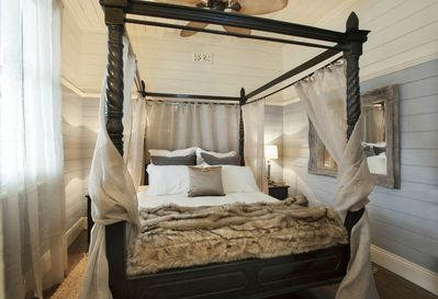 Luxurious Four Poster Bed at Applewood on Falls
