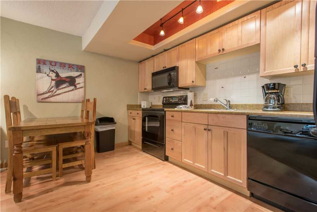Cozy Ski-in/Walk-out condo, outdoor hot tub, free wifi, parking, athletic club, great value!