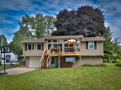Beautiful 75 ft lakefront, large deck, family friendly!