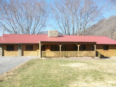 Photo for Campbell Retreat - 5 bedrooms, hot tub, HD Cable TV, WiFi, fire pit, close to the Heart of the Valley.