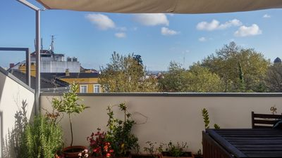 Photo for Duplex apart. with a terrace; sunny, with view over the Castle, 400m from Baixa