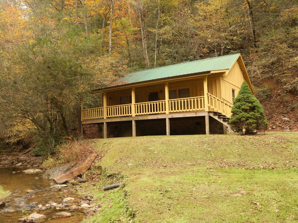 Cabin in between gatlinburg and pigeon forg vrbo for Creekside cabins in pigeon forge tn