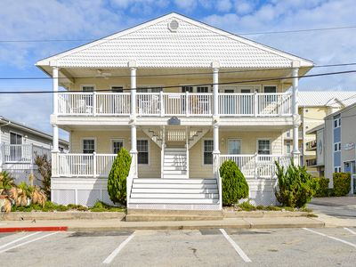 Delightful 2 bedroom just steps to the beach and Convention Center