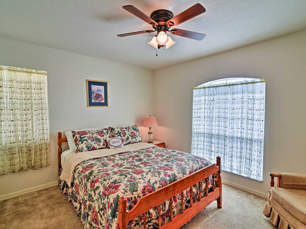 NEW! 4BR Spring Hill Home 10 Mins to Weeki Wachee!