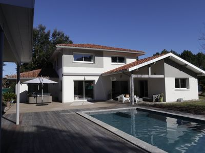 Photo for Recent villa Ht of range 180m2, calm, heated swimming pool, jaccuzzi, big garden